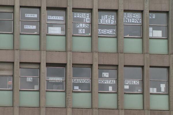 """La """"tristesse"""" et le """"dépit"""" du personnel de l'hôpital de Lisieux s'affiche aux fenêtres de l'établissement"""