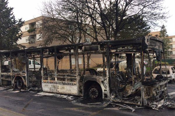 Un bus incendié à Beaumont-sur-Oise.