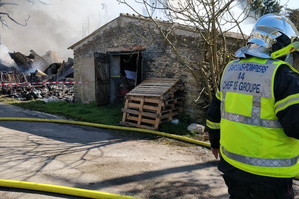 Opération des pompiers mercredi 7 avril pour maîtriser l'incendie qui s'est déclaré à Villeneuve-en-Retz.