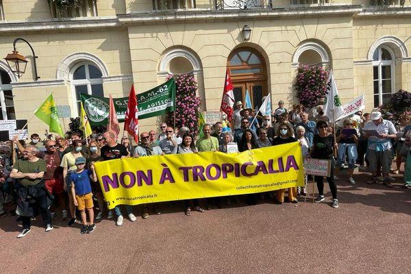 Les opposants au projet Tropicalia rassemblés ce samedi 18 septembre à Montreuil-sur-Mer.
