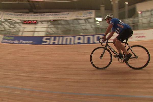 """La pente dans le virage du vélodrome de Roubaix est de 45 degrés. Il faut au moins 28 km/h de vitesse pour monter tout en haut, à la balustrade. """"Chaud !"""""""