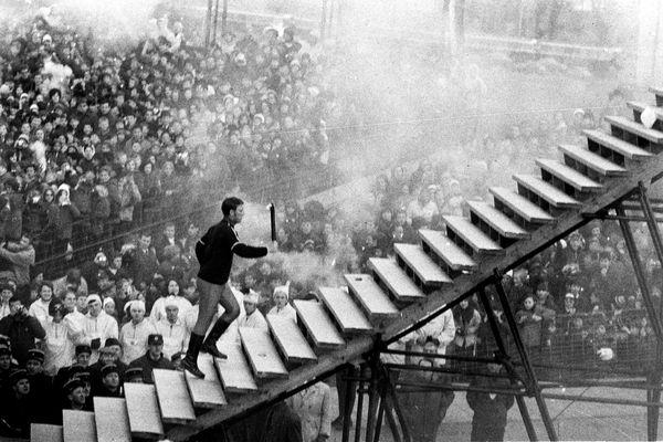 Le patineur artistique Alain Calmat allumant la flamme olympique lors de la cérémonie d'ouverture des JO d'hiver de Grenoble 1968. (Archives)