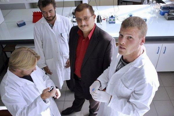 Gilles-Eric Séralini et son équipe dans son laboratoire de Caen