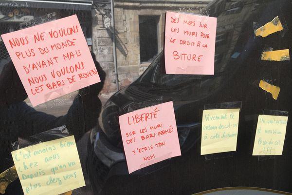 Une partie de la vitrine du Son du Cor recouverte de messages de soutien.