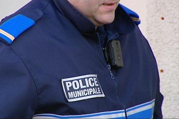 La caméra est un tout petit boîtier attaché à la veste des agents de police municipale