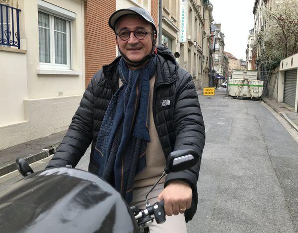 Utilisateur quotidien du vélo, Gérard Chemla assure que la taille de la ville s'y prête parfaitement. Reims, 12/03/2020