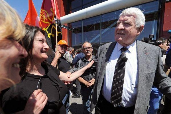 Castelnaudary (Aude) - Laurent Spanghero avec les salariés de son ex entreprise - juin 2013.