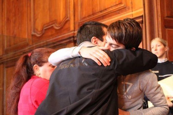 Yacine Sid dans les bras de ses parents après ses aveux