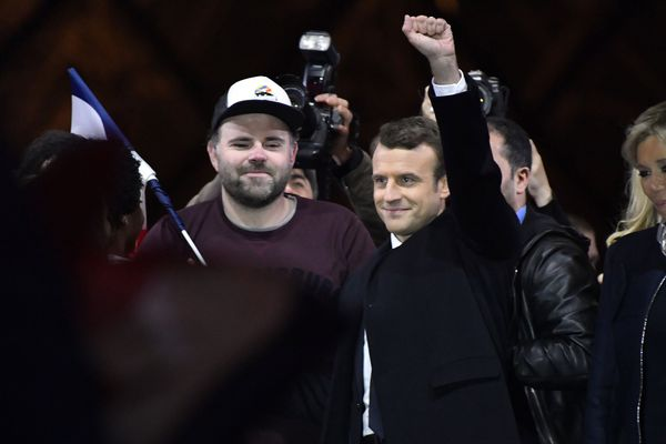 """Morgan Simon, """"l'homme à la casquette"""", avait été aperçu derrière Emmanuel et Brigitte Macron, le soir de son allocution au Louvre."""