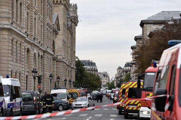 Après l'attaque au couteau de policiers au sein de la préfecture de police de Paris, les enquêteurs cherchent à comprendre si Mickaël Harpon a agi seul ou pas.
