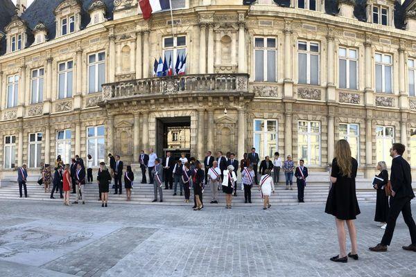 Les distances de sécurité bien respectées avant la photo officielle du conseil municipal de Reims, le 28 mai 2020