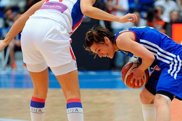La capitaine Céline Dumerc, joueuse de Bourges, et les Braqueuses se sont inclinées face à la Serbie en finale de championnat d'Europe, le 28 juin 2015.