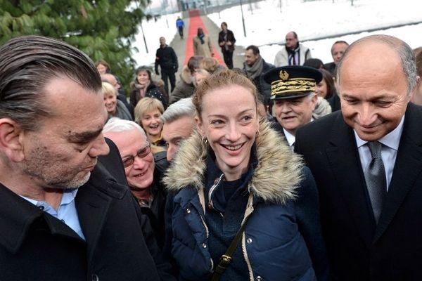 Florence Cassez à l'aéroport de Roissy entourée de Laurent Fabius, ministre des affaires étréngères et de Maître Frank Berton, son avocat.
