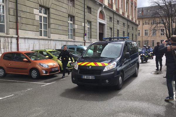 Plusieurs véhicules ont quitté le palais de justice de Chambéry en début d'après midi. A bord de l'un des véhicules se trouvait Nordahl Lelandais.