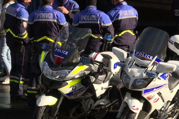 Environ 200 policiers se sont rassemblés à 11h30 devant la préfecture de Gironde à Bordeaux à l'appel d'Alliance Police Nationale ce vendredi 11 décembre à Bordeaux.