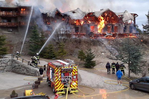 """Un ensemble de chalets a pris feu samedi 29 février à l'aube. Le site se trouve au niveau du lieu-dit """"Le Pilon"""", dans la station de sports d'hiver d'Auron, dans le haut pays niçois."""