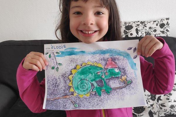 Elodie avec le coloriage de Leon le caméléon
