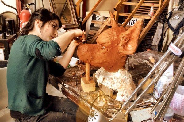 Dans son atlier de TCRM Blida à Metz, Lucie fabrique des masques destinés au cinéma
