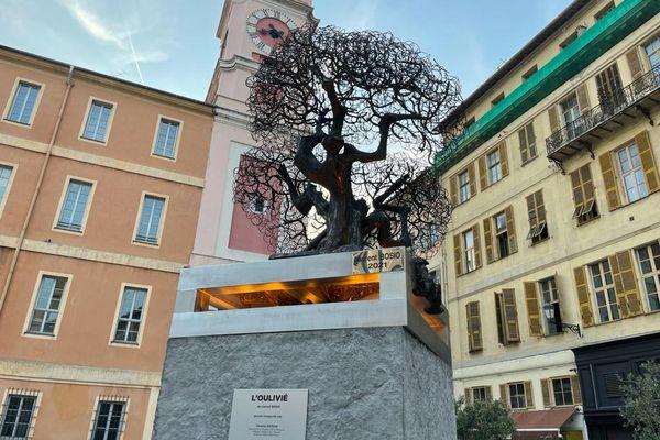 """""""L'oulivié"""" oeuvre de Laurent Bosio a pris place sur la place du Palais de justice à Nice."""