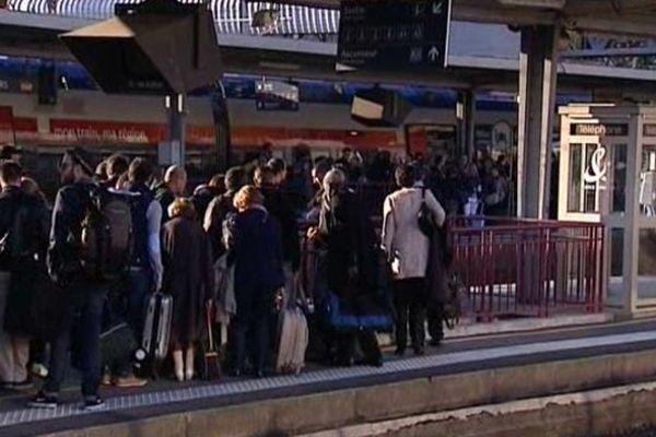 Beaucoup de monde sur les quais de la gare de Poitiers à l'arrivée du TGV en provenance de Paris