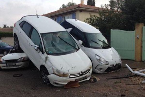 Voitures renversées dans un lotissement à Grabels (34) après les violents orages de la nuit du 6 au 7 octobre 2014