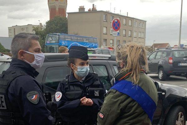 La députée européenne Anne-Sophie Pelletier avec les forces de l'ordre, à Calais, le 25 septembre 2020.