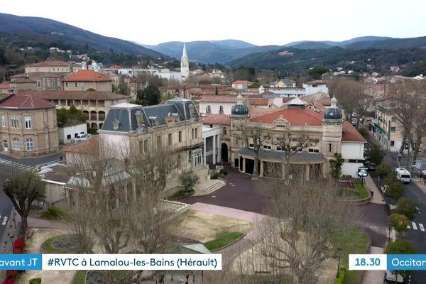 C'est sur cette place du Théâtre de Lamalou-les-Bains que Charles Bousquet a gardé des souvenirs de ses premiers pas d'apprentis comédiens.