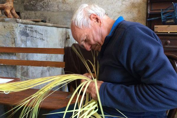 Pâques, la tradition des Crucette perdure en Corse, transmise par les plus anciens aux plus jeunes.