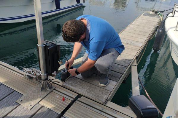Deux capteurs d'analyse et d'alerte de la pollution ont été installés dans le port d'Ajaccio mardi 22 septembre.