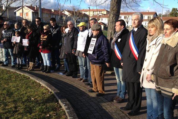 Au moins 500 personnes se sont réunies dimanche après-midi à Retournac (43).