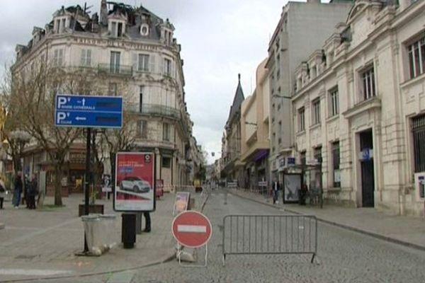 Bourges : la rue Moyenne est fermée depuis une semaine pour prévenir d'un éventuel effondrement de l'immeuble de la Place Cujas sinistré par un incendie.