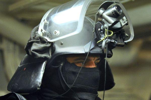 """Photo prise à bord de la frégate """"Surcouf"""" d'un détail de l'équipement d'un membre du commando marine Hubert, le 01 décembre 2008 au large de Toulon."""