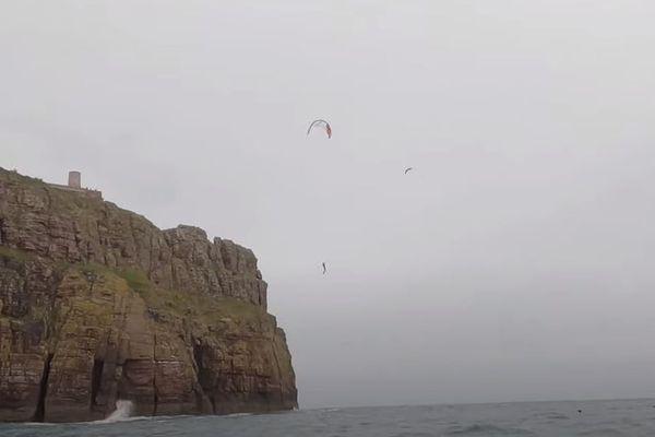 Clément Huot, jeune kitesurfeur professionnel vient de réaliser exceptionnel depuis la falaise du cap Fréhel. Un saut à 72 mètres au-dessus de la mer !
