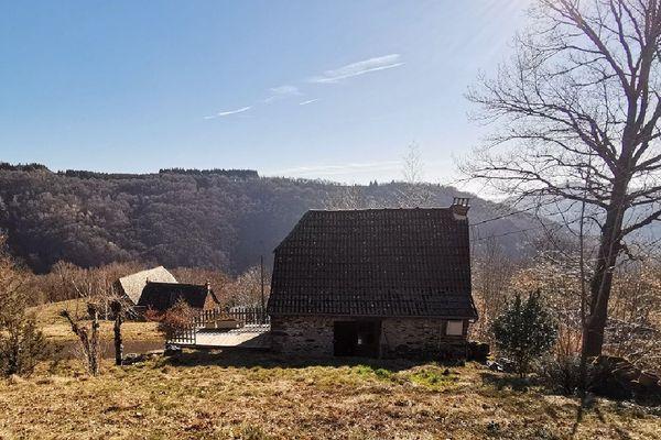 La maison, perdue en pleine nature, attire désormais les acheteurs