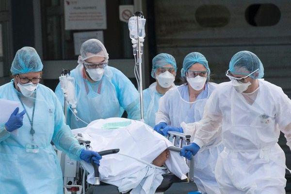 Un patient évacué en urgence de l'hôpital Emile-Muller de Mulhouse, le 17 mars 2020.