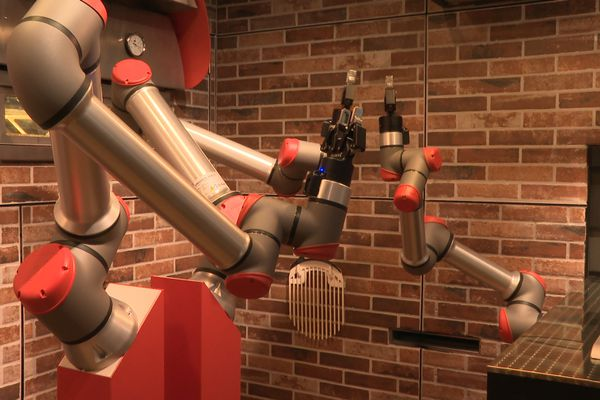 Le robot pizzaïolo de la pizzeria Pazzi, à Paris.