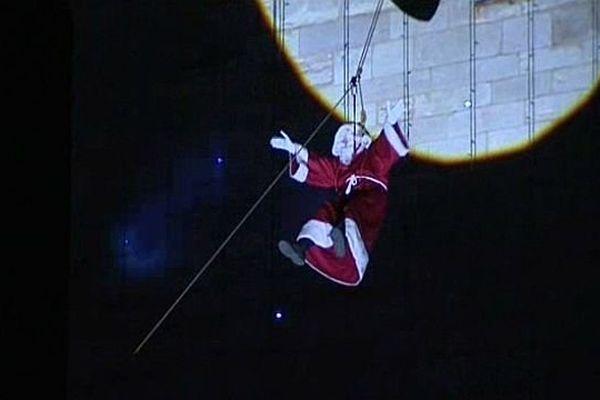 A cause de la tempête, le Père Noël ne descendra pas en rappel depuis le haut de la tour Philippe le Bon, à Dijon, mardi 24 décembre 2013.