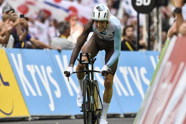 Le Français Romain Bardet franchit la ligne d'arrivée au stade Vélodrome, au terme d'un contre-la-montre individuel de 22,5 km sur la 20e étape du Tour de France, le 22 juillet 2017 à Marseille.
