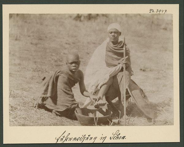 Un guerrier éthiopien se fait laver les pieds par un enfant