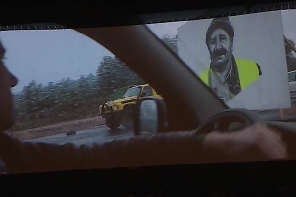 """2500 personnes se sont réunies pour découvrir le film """"J'veux du soleil"""" qui donne la parole aux gilets jaunes présents sur les ronds-points de France. Film du député de la France insoumise François ruffin accueilli comme une rock star."""