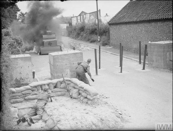 Un Home Guard s'entraînant au combat de rue, en jetant un cocktail Molotov contre un faux char allemand, à Cromer (Norfolk, est de l'Angleterre), en août 1940.