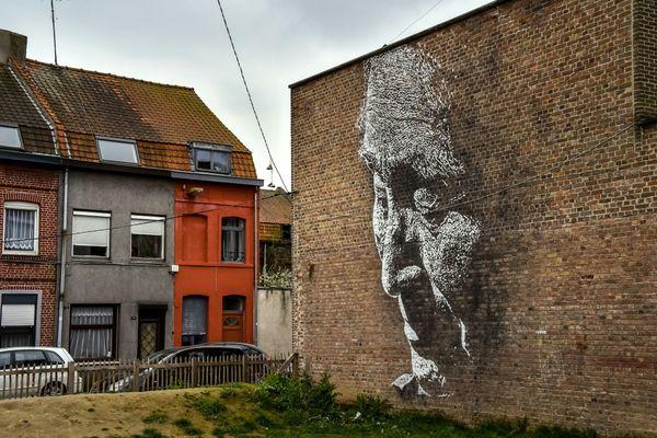 """Photo prise en 2017 à la Condition Publique, à Roubaix, d'une peinture murale réalisée par l'artiste portugais Alexandre Farto, alias """"Vhils""""."""