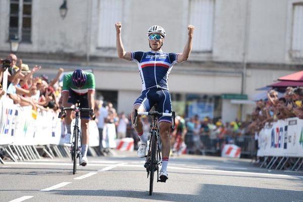 Damien Touzé célèbre sa victoire sur la 3e étape du tour de l'Avenir 2018, à Châteaudun