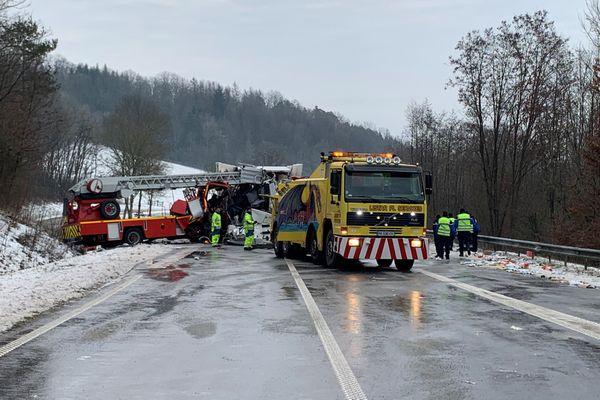 Le choc entre le camion de pompiers et le poids-lourd venant en sens inverse a été d'une grande violence.