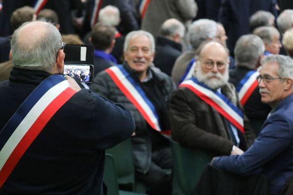 Des maires se photographient lors du premier grand débat organisé le 15 janvier 2019 en Normandie, au Grand-Bourgtheroulde.