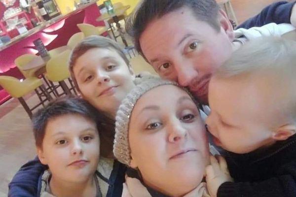 Elise entouré de ses trois fils, Milo, 20 mois, Léo,11 ans, Noa 13 ans et de son mari, Fabien Daniel.