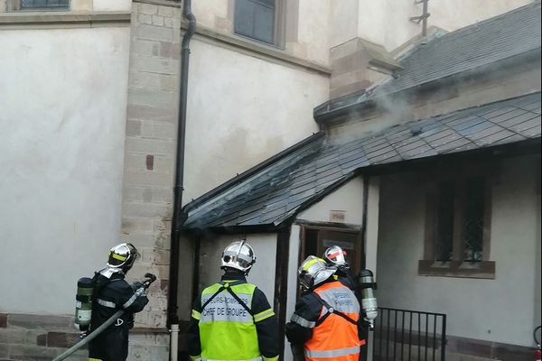 Une odeur de brûlé et un dégagement de fumée ont été constatés sur le toit des toilettes de l'église Saint-Laurent de Holtzheim (Bas-Rhin).