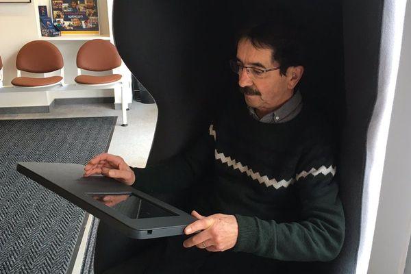 Norbert Prudhomme est installé dans un fauteuil de rééducation auditive, une innovation de l'entreprise troyenne LDRD nommée Hearfit.