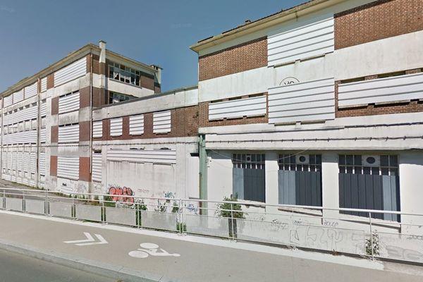 À Creil dans l'Oise, les bâtiments du lycée Gournay ont d'abord abrité une usine d'appareils électriques créée en 1898 puis une école nationale professionnelle et un lycée technique fermé définitivement en 1985.