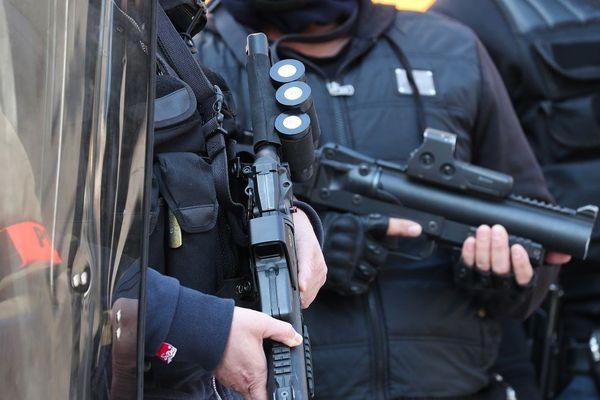 Un jeune homme blessé par un tir de LBD, lanceur de balles de défense en marge d'un contrôle de police en Essonne.
